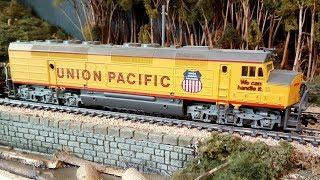 Eine amerikanische Modellbahn mit Dampflok und Diesellok Eisenbahn Zügen in Spur H0