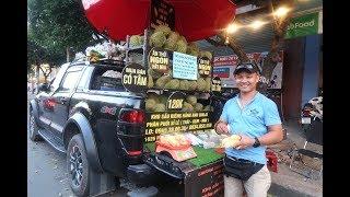 Đại gia Long An lái xe Ford Ranger chở sầu riêng bán dạo ở Sài Gòn