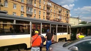 Смотреть видео Трамвай протаранил автобус. ДТП. Москва. (29.06.2018) онлайн