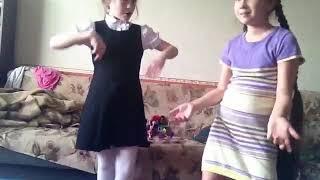 Танцует с Викой под песню На десерт