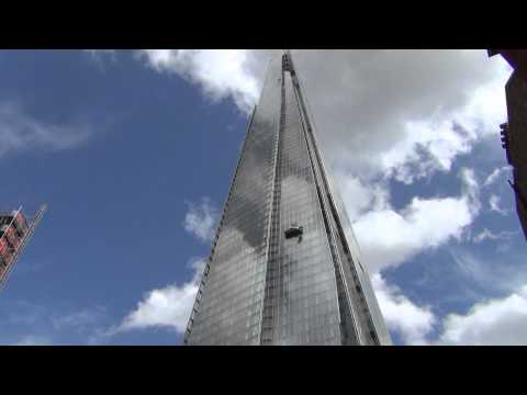 The Shard in London crazy construction worker climbing in 250 meters high !