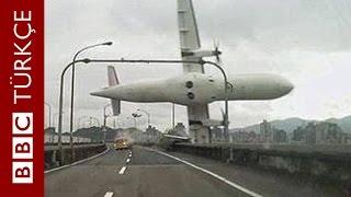 Tayvan'da kalkıştan hemen sonra düşen uçağın görüntüleri - BBC TÜRKÇE