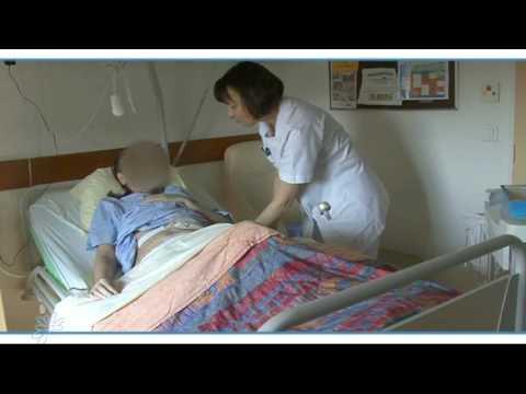 Soins aupr s d 39 un patient porteur d 39 une il ostomie youtube - Comment faire une toilette complete au lit ...