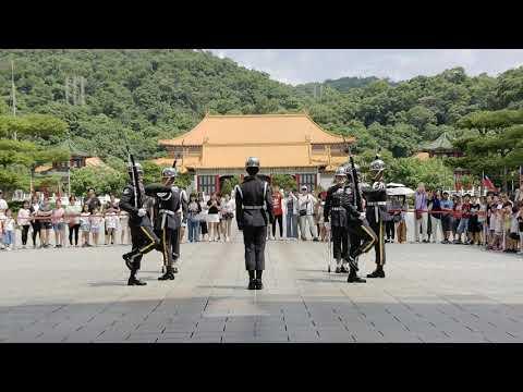 """忠烈祠 陸軍儀隊 大門 """"正面角度""""交接 Martyrs' Shrine, Taipei. Changing of the Guard."""