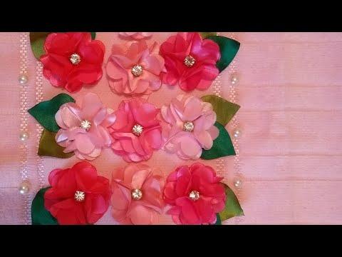 Toalha bordada com flores de cetim
