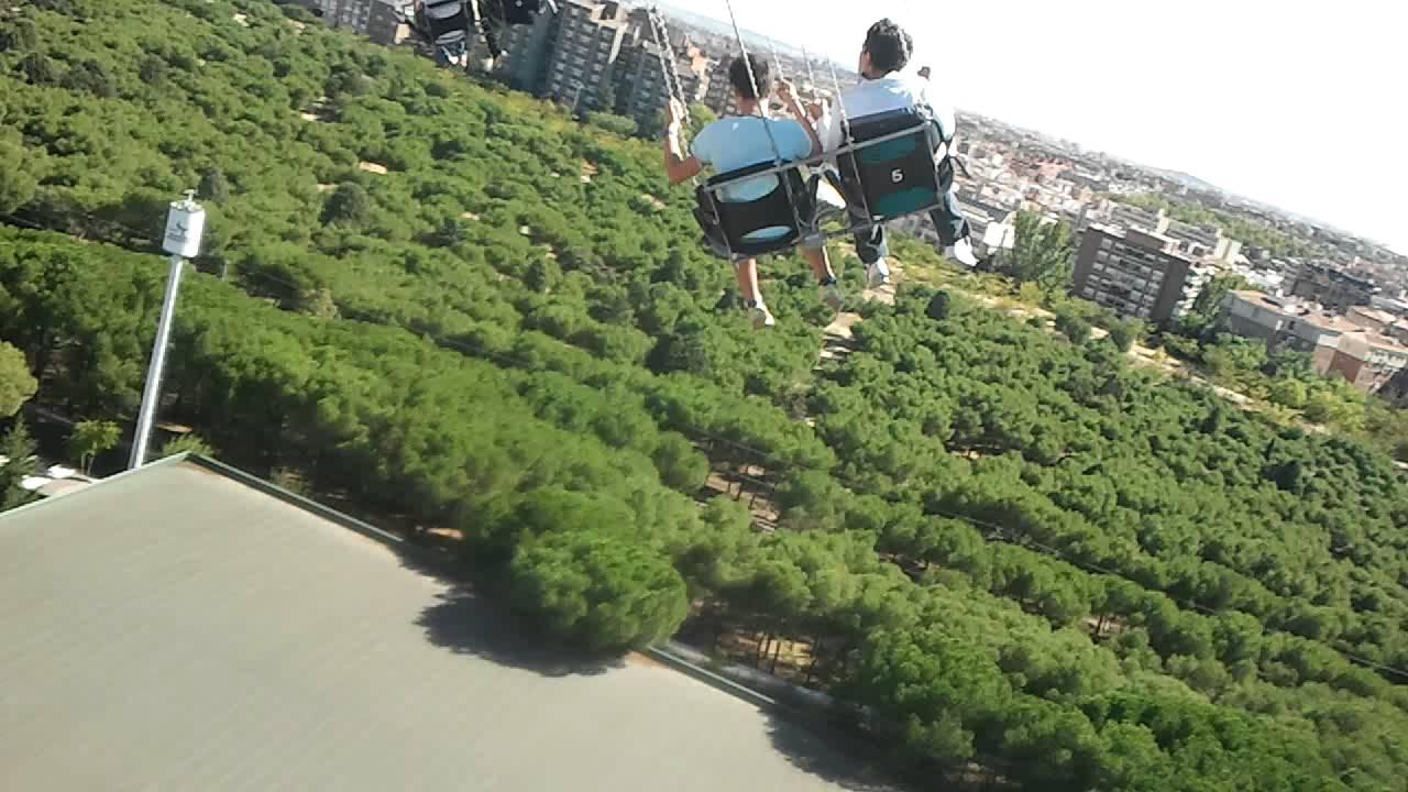 Sillas voladoras parque de atracciones youtube for Sillas para parques