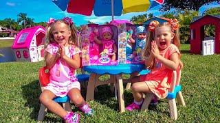 डियेना और लैरा कुकीज़ बेचती हैं और खिलौने पाती हैं।