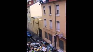 [VIDÉO CHOC] LYON  Intervention du GIPN, un homme jette tout son mobilier par la fenêtre