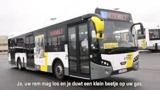 Mariam leert met een De Lijn-bus rijden