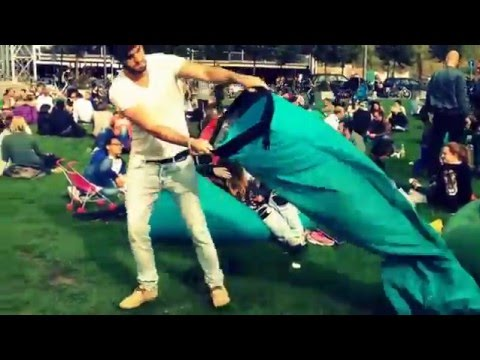 La tumbona hinchable perfecta para ir a un festival youtube for Tumbona playa decathlon