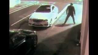 Парень пытался кирпичом открыть машину!