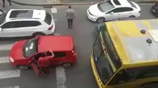 Auto intralcia la strada dopo un banale incidente! Succede l'inaspetatto!