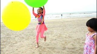 LIBURAN SERU 💖 Jessica Jenica Mainan Super Balon Di Pantai + Buka Kinder Joy dapat Hadiah Lucu