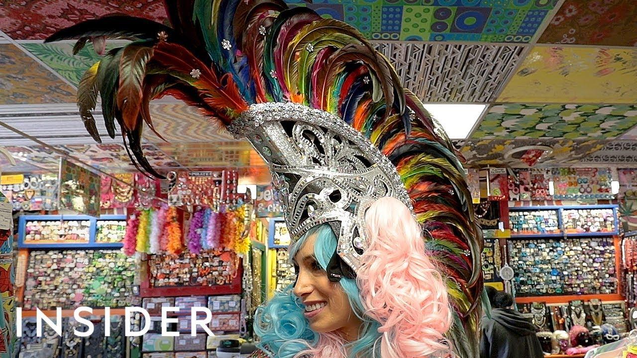 Продавница за костими и маски со најспектакуларни додатоци за глава