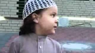 Итальянский мальчик читает Коран