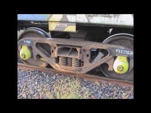 Подъём вагонов на рельсы после схода в Австралии