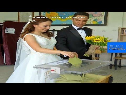 شاهد: زوجان تركيان يقترعان بملابس الزفاف  - نشر قبل 1 ساعة
