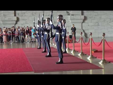 Đài tưởng niệm Tưởng Giới Thạch - Đội danh dự đổi gác