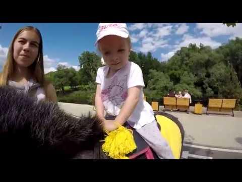 Регина с Алиной катаются на лошадах