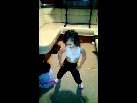 Petite fille de 4 ans qui danse kendji