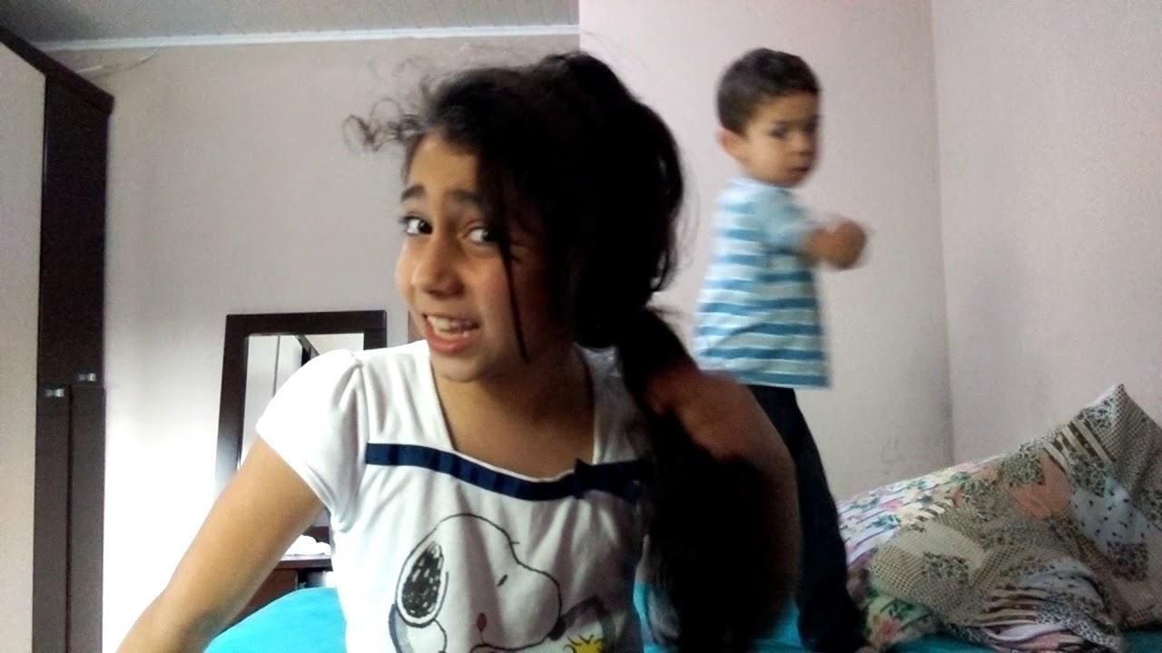 Eu e minha  irma brincando de lutinha kkk e falando em inglês