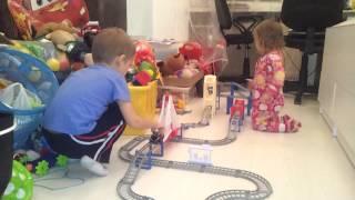 Дети играют в машинки