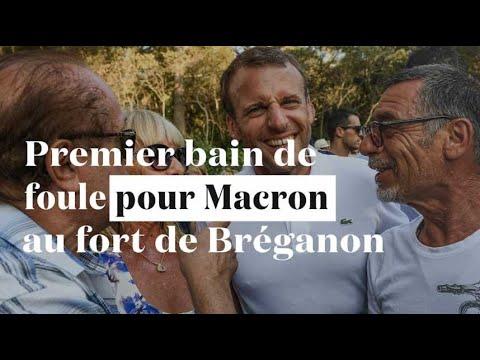 Premier bain de foule pour Macron, en vacances avec Brigitte au fort de Brégançon