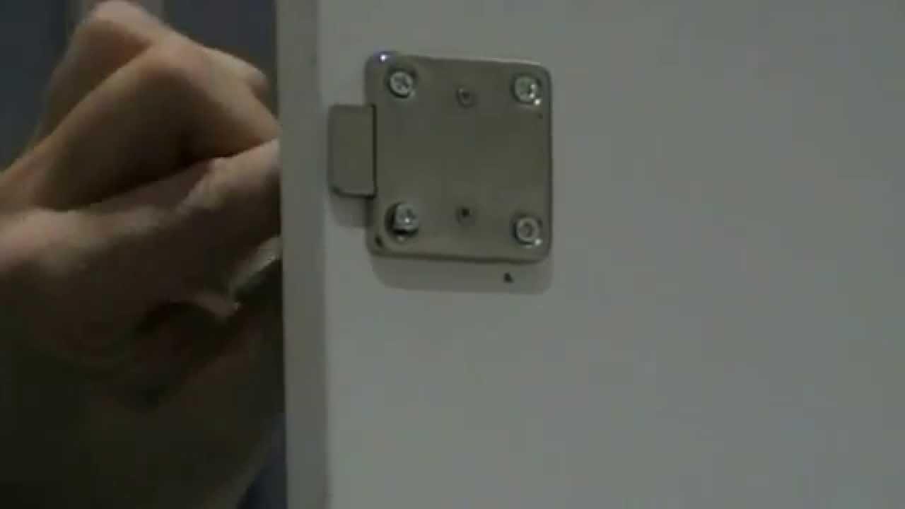 Como poner una cerradura en una puerta de armario o for Perchas para puertas sin agujeros