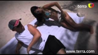 Estilo Máximo: Sexies ejercicios tumbados en toalla en la playa