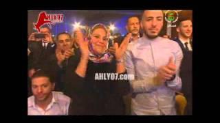 شاهد ابو تريكة يتألق ويسلم جائزة الكرة الذهبية في الجزائر ويعلن اسم البطل