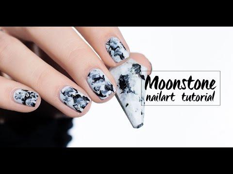 Une manucure Moonstone ou effet pierre de lune