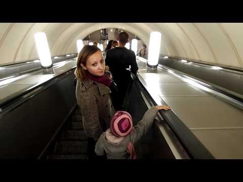 Спуск на эскалаторе в метро
