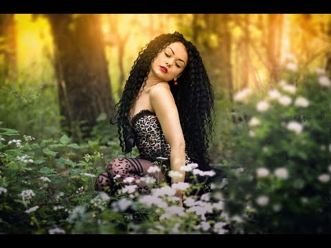 Девка в лесу видео