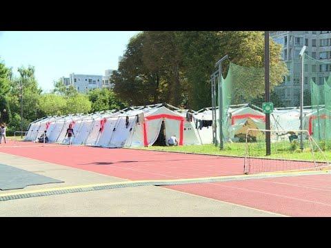 Un centre temporaire pour migrants dans le 15e à Paris