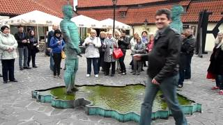 Писающая скульптура. Прага.