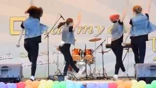 Зажигательный современный танец девушек на сцене в парке
