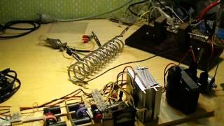 Опыт Тесла с лампами 2(Лампы светятся будучи замкнутыми толстой шиной. Низкочастотный качер по схеме Destine заряжает конденсаторы..., 2014-02-01T20:21:52.000Z)