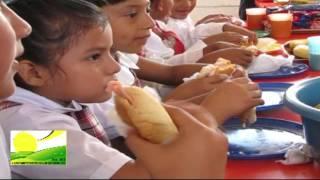 """Desayuna César Benítez Chaparro con niños beneficiados """"Desayunos Escolares"""" en Arroyo Metate"""
