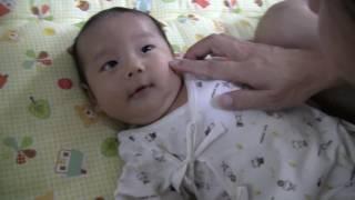 赤ちゃんがもぞもぞ 生後一ヶ月の新生児をあやす baby newborn.