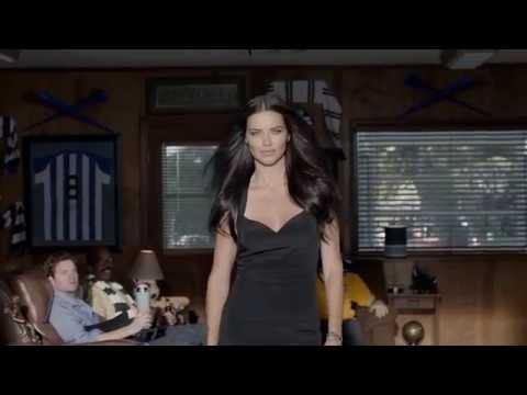 Adriana Lima, evde oturanlara Futbol dersi. Yeni Kia reklamı...