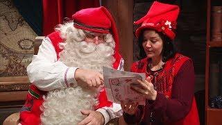Санта-Клаус читает письма с пожеланиями и готовит подарки
