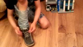 Как научить ребёнка завязывать шнурки .