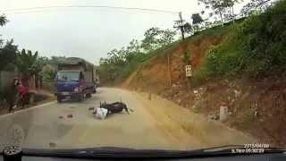 Xe máy vượt ẩu bị 2 xe tải kẹp giữa nét bét