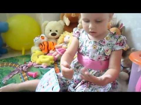 Открываем коробочку с пони, заводной цыпленок, рассматриваем игрушки Алисы