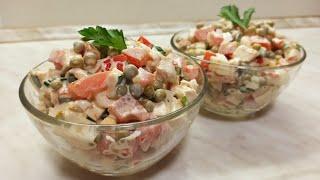 Простой салат с курицей, помидорами и горошком