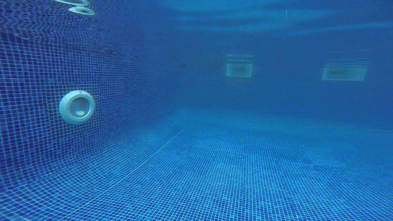 Camara gopro hero 3 bajo el agua en una piscina youtube for Agua de la piscina turbia