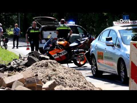 Motorrijder met spoed naar ziekenhuis na botsing op stilstaande lesauto