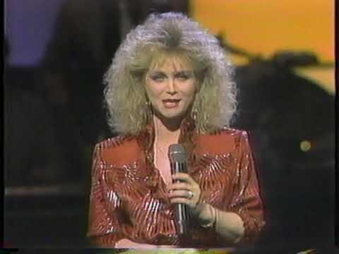 Barbara Mandrell performing