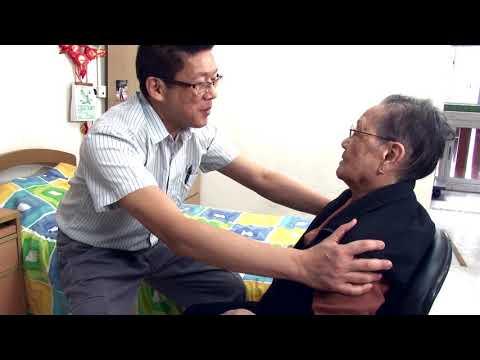 1orang membantu lansia untuk pindah dari tempat tidur ke kursi oleh satu orang