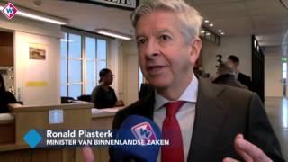 Plasterk reikt eerste elektronische identiteitskaart uit aan Hagenaar